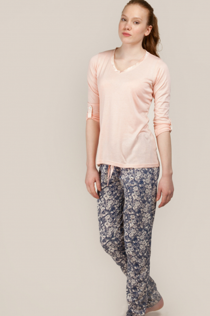 Pyjama set comprising a printed t-shirt and bottoms